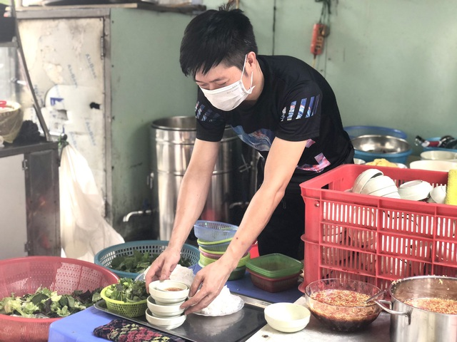 Hà Nội: Quán cà phê, ăn sáng hồ hởi đón khách sau chuỗi ngày tạm đóng cửa - Ảnh 6.