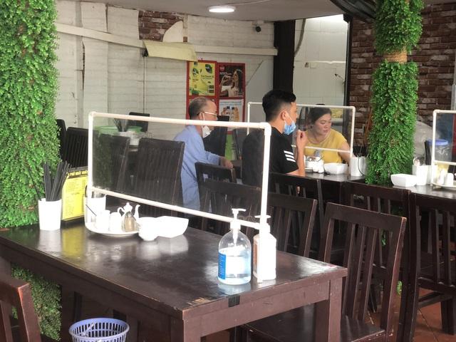 Hà Nội: Quán cà phê, ăn sáng hồ hởi đón khách sau chuỗi ngày tạm đóng cửa - Ảnh 11.