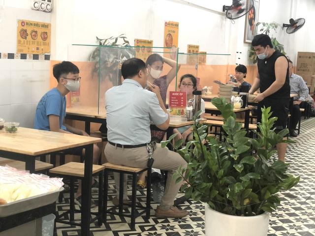 Hà Nội: Quán cà phê, ăn sáng hồ hởi đón khách sau chuỗi ngày tạm đóng cửa - Ảnh 12.