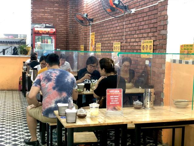 Hà Nội: Quán cà phê, ăn sáng hồ hởi đón khách sau chuỗi ngày tạm đóng cửa - Ảnh 13.
