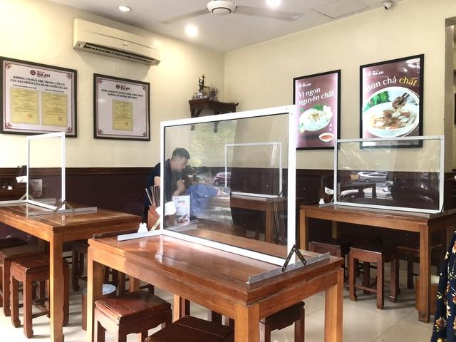 Hà Nội: Quán cà phê, ăn sáng hồ hởi đón khách sau chuỗi ngày tạm đóng cửa - Ảnh 14.