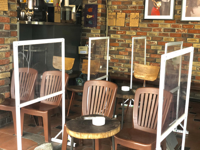 Hà Nội: Quán cà phê, ăn sáng hồ hởi đón khách sau chuỗi ngày tạm đóng cửa - Ảnh 16.