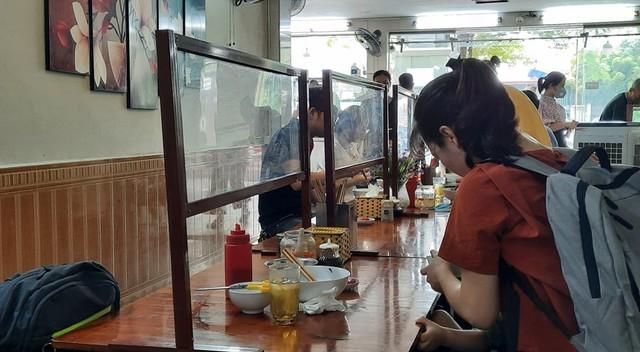 Hà Nội: Quán cà phê, ăn sáng hồ hởi đón khách sau chuỗi ngày tạm đóng cửa - Ảnh 4.
