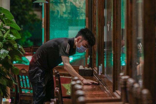 Dọn dẹp hàng quán trong đêm trước giờ đón khách trở lại - Ảnh 1.