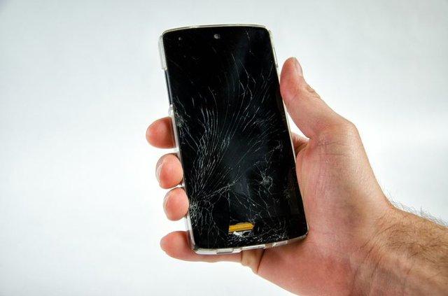 Phải làm gì khi màn hình điện thoại không may bị vỡ? - Ảnh 2.