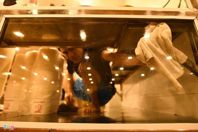 Dọn dẹp hàng quán trong đêm trước giờ đón khách trở lại - Ảnh 7.