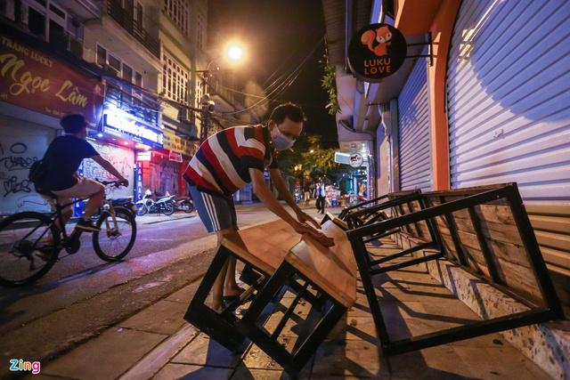 Dọn dẹp hàng quán trong đêm trước giờ đón khách trở lại - Ảnh 12.