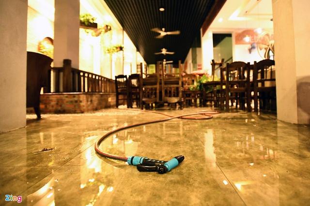 Dọn dẹp hàng quán trong đêm trước giờ đón khách trở lại - Ảnh 3.