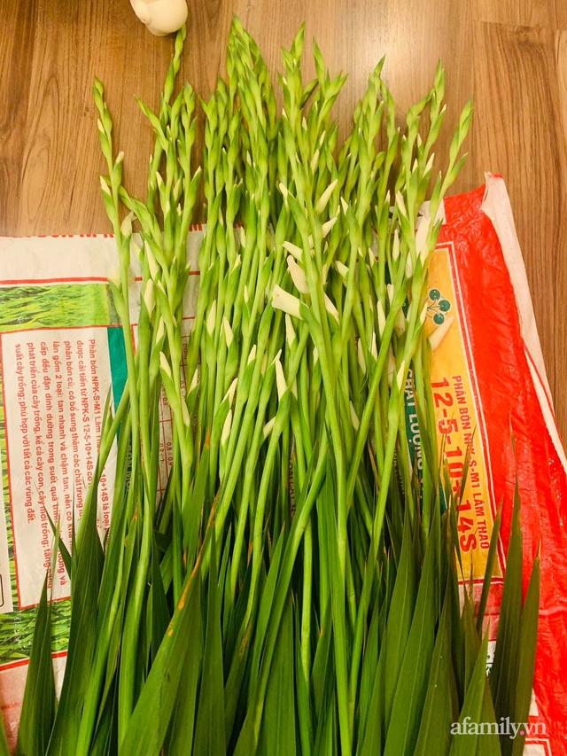 Mẹ đảm Hà Nội hướng dẫn 3 bước cắm hoa dơn hình công, cứ tưởng khó mà công thức đơn giản ai cũng làm được - Ảnh 6.
