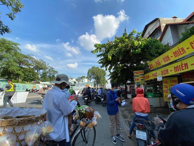 TP.HCM: Người dân ngỡ ngàng vì phải khai báo y tế online ở chốt kiểm soát dịch quận Gò Vấp - Ảnh 3.