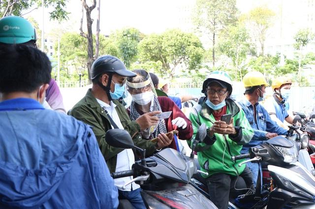 TP.HCM: Người dân ngỡ ngàng vì phải khai báo y tế online ở chốt kiểm soát dịch quận Gò Vấp - Ảnh 5.