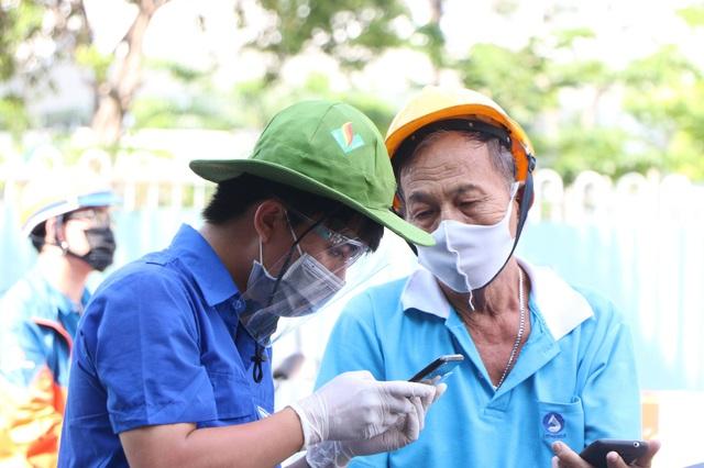 TP.HCM: Người dân ngỡ ngàng vì phải khai báo y tế online ở chốt kiểm soát dịch quận Gò Vấp - Ảnh 6.