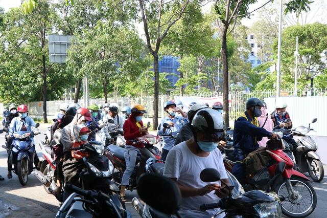 TP.HCM: Người dân ngỡ ngàng vì phải khai báo y tế online ở chốt kiểm soát dịch quận Gò Vấp - Ảnh 4.