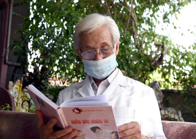 """Bác sĩ 78 tuổi lo lắng cho sức khỏe của cán bộ y tế nơi tâm dịch, mong sớm được """"ra trận"""" - Ảnh 4."""