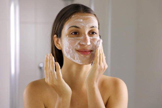 6 sai lầm khi rửa mặt khiến da bạn xấu đi mỗi ngày - Ảnh 1.