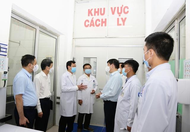 Bộ trưởng Bộ Y tế kêu gọi những trái tim nhiệt huyết sẵn sàng đến nơi tuyến đầu để chia lửa với các đồng nghiệp - Ảnh 2.