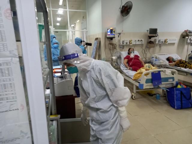 Mục sở thị những căn phòng điều trị bệnh nhân COVID-19 nặng, nguy kịch ở TP.HCM - Ảnh 6.