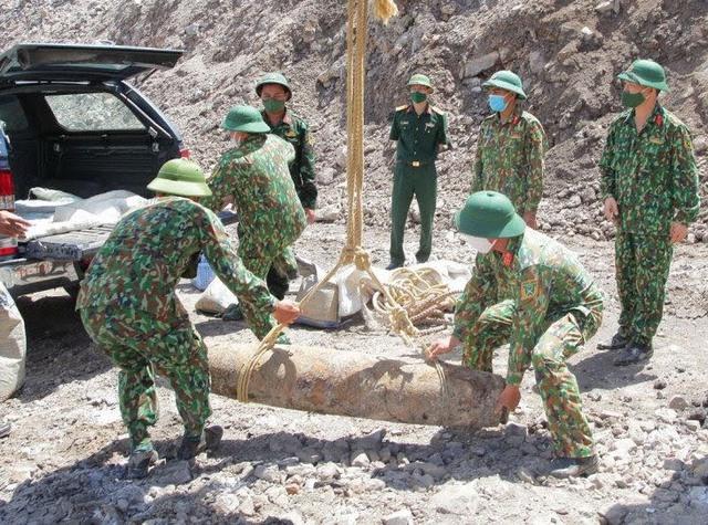 بمبی با وزن نزدیک به 230 کیلوگرم در یک معدن ذغال سنگ روباز در کوآنگ نین پیدا شد - عکس 1.