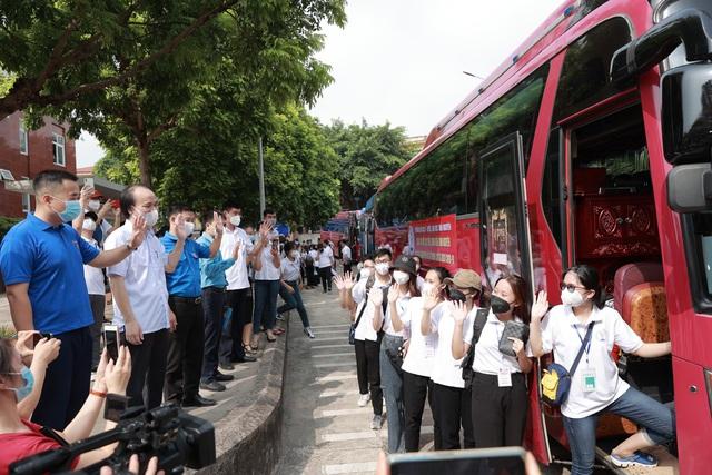 دانشجویان دانشگاه پزشکی و داروسازی تایلند نگوین موهای خود را کوتاه می کنند و برای کمک به مبارزه با اپیدمی وارد شهر هوشی مین می شوند - عکس 3.