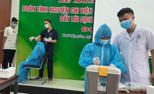 دانشجویان دانشگاه پزشکی و داروسازی تایلند نگوین موهای خود را کوتاه کردند و برای کمک به مبارزه با اپیدمی وارد شهر هوشی مین شدند - عکس 6.