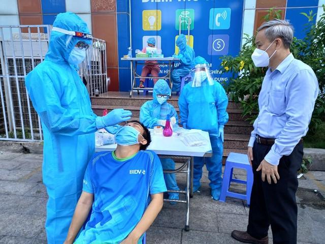 Chiến sĩ áo trắng và áo xanh cùng lấy mẫu xét nghiệm tại quận Tân Phú - Ảnh 2.