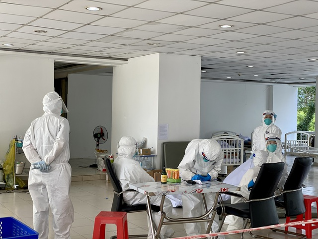 Bộ Y tế kiểm tra việc thu dung và điều trị bệnh nhân tại các bệnh viện dã chiến ở TP.HCM - Ảnh 3.