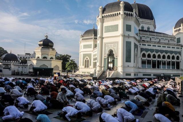 Hàng nghìn người Indonesia tụ tập cầu nguyện giữa đại dịch Covid-19 - Ảnh 1.