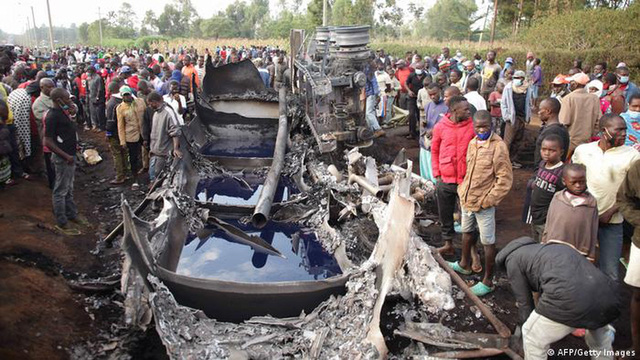 Thấy xe chở hàng gặp nạn, dân lao vào hôi của, không ngờ tự rước họa sát thân, ít nhất 13 người chết - Ảnh 3.
