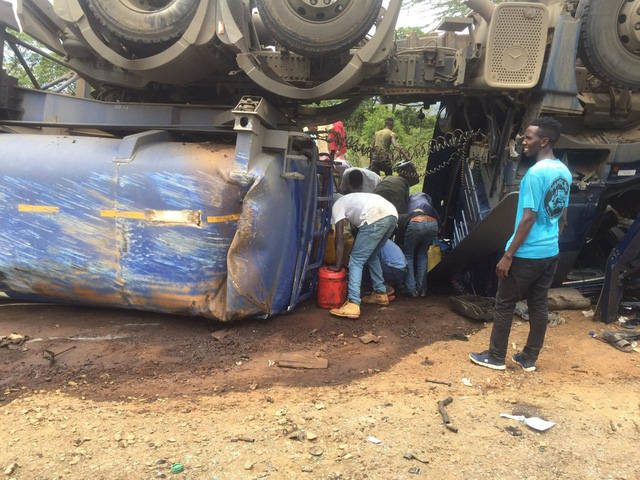 Thấy xe chở hàng gặp nạn, dân lao vào hôi của, không ngờ tự rước họa sát thân, ít nhất 13 người chết - Ảnh 4.