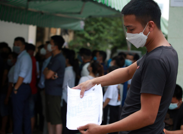 Dịch đang căng, giật mình biển người ở Hà Nội chen chúc lấy mẫu xét nghiệm - Ảnh 9.