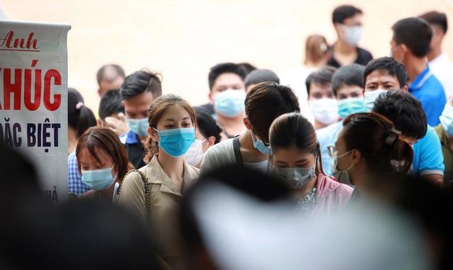 Dịch đang căng, giật mình biển người ở Hà Nội chen chúc lấy mẫu xét nghiệm - Ảnh 8.