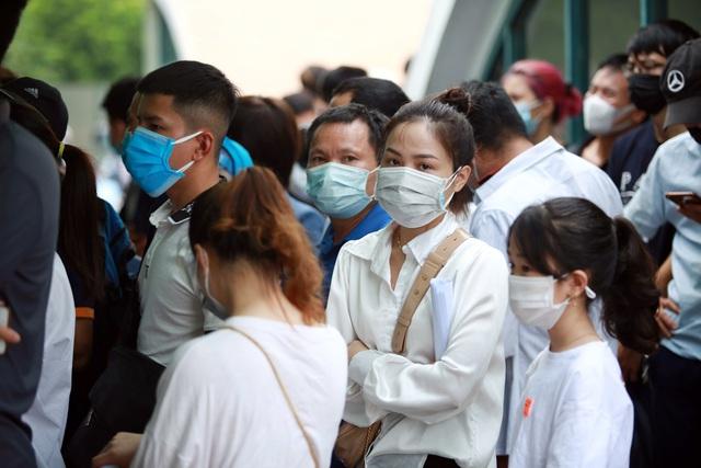 Dịch đang căng, giật mình biển người ở Hà Nội chen chúc lấy mẫu xét nghiệm - Ảnh 5.