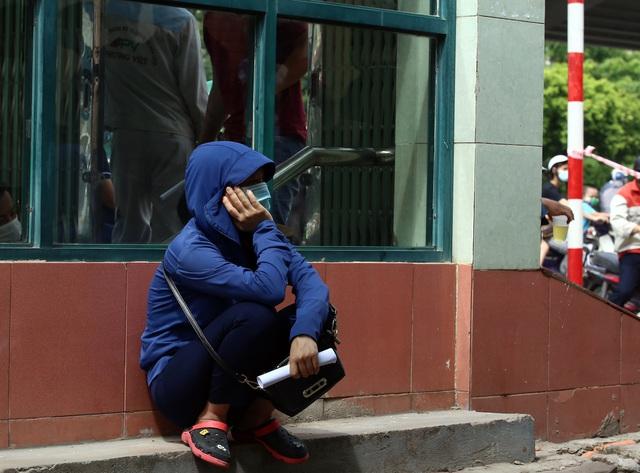 Dịch đang căng, giật mình biển người ở Hà Nội chen chúc lấy mẫu xét nghiệm - Ảnh 10.