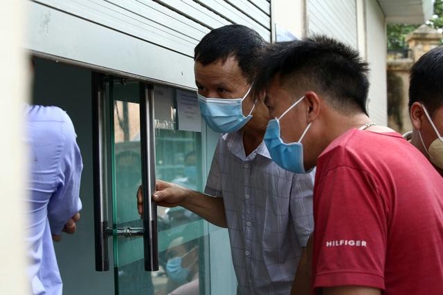 Dịch đang căng, giật mình biển người ở Hà Nội chen chúc lấy mẫu xét nghiệm - Ảnh 7.