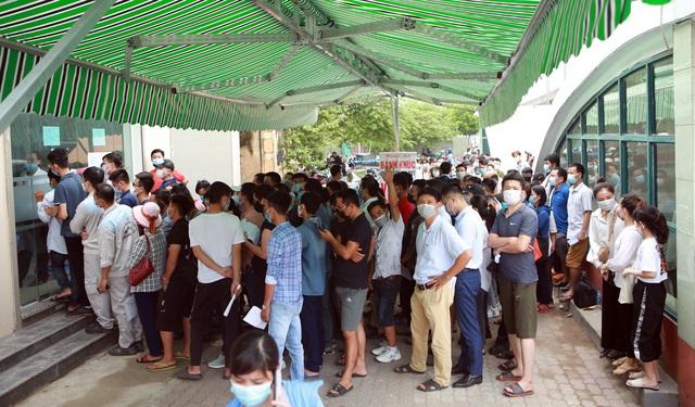 Dịch đang căng, giật mình biển người ở Hà Nội chen chúc lấy mẫu xét nghiệm - Ảnh 4.