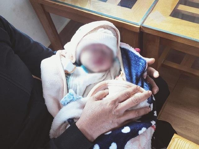 Đau lòng: Bé gái sơ sinh cuống rốn còn buộc dây thun bị bỏ rơi cả đêm dưới cơn mưa tầm tã - Ảnh 1.