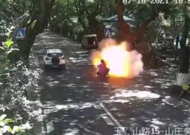 Hai bố con nguy kịch vì xe đạp điện phát nổ trên đường - Ảnh 2.