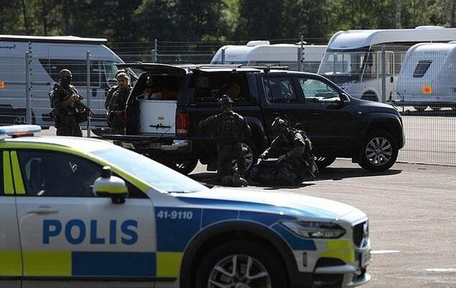 یک زندانی سوئدی ، زندانبان را به مدت 9 ساعت به گروگان گرفت و خواستار باج دادن با پیتزا شد - عکس 1.