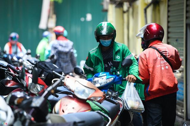 Shipper tại Hà Nội đổ xô ra đường chạy kiếm thêm - Ảnh 1.