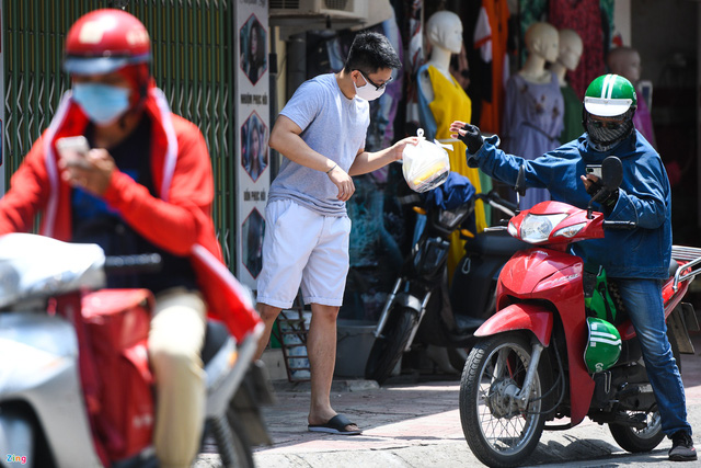 Shipper tại Hà Nội đổ xô ra đường chạy kiếm thêm - Ảnh 2.