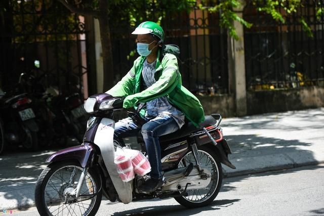 Shipper tại Hà Nội đổ xô ra đường chạy kiếm thêm - Ảnh 3.