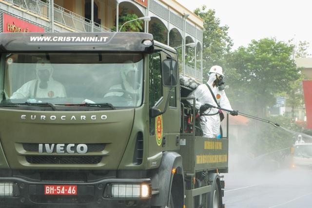Quân đội khử khuẩn toàn Sài Gòn, quy mô lớn nhất từ trước đến nay - Ảnh 7.