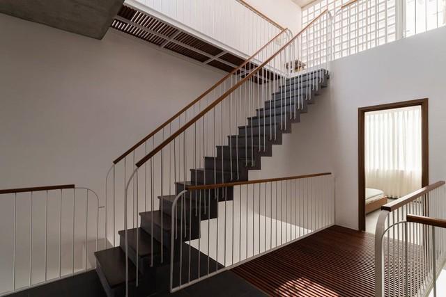 Bỏ túi 3 kinh nghiệm thiết kế cầu thang đẹp cho nhà phố - Ảnh 1.