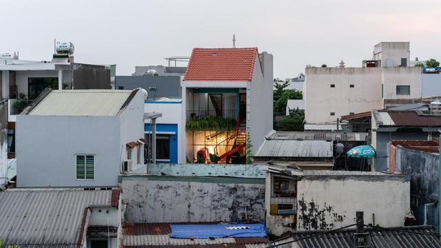 Mê mẩn với nhà ống đảo cầu thang ra trước để tăng công năng trong ngõ hẹp Đà Nẵng - Ảnh 1.