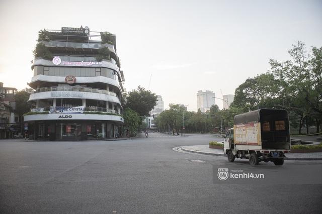 Hà Nội ngày đầu thực hiện giãn cách xã hội theo Chỉ thị 16: Đường phố vắng lặng, hàng quán đóng kín cửa im lìm - Ảnh 11.