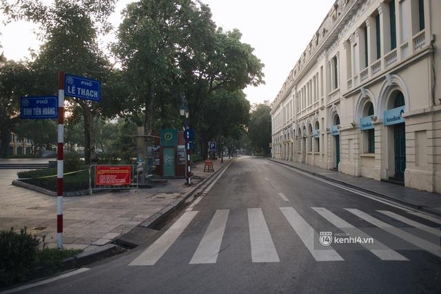 Hà Nội ngày đầu thực hiện giãn cách xã hội theo Chỉ thị 16: Đường phố vắng lặng, hàng quán đóng kín cửa im lìm - Ảnh 13.