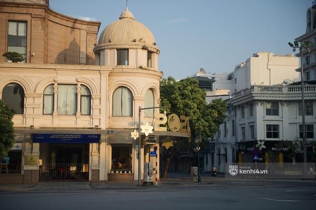 Hà Nội ngày đầu thực hiện giãn cách xã hội theo Chỉ thị 16: Đường phố vắng lặng, hàng quán đóng kín cửa im lìm - Ảnh 15.