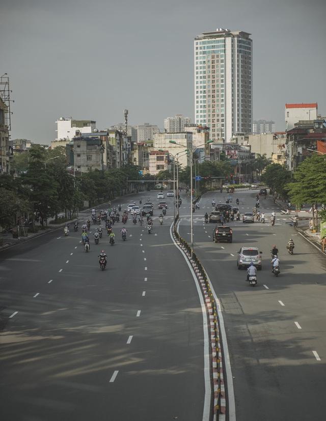 Hà Nội ngày đầu thực hiện giãn cách xã hội theo Chỉ thị 16: Đường phố vắng lặng, hàng quán đóng kín cửa im lìm - Ảnh 16.