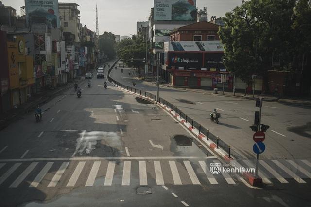 Hà Nội ngày đầu thực hiện giãn cách xã hội theo Chỉ thị 16: Đường phố vắng lặng, hàng quán đóng kín cửa im lìm - Ảnh 17.