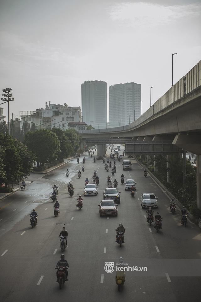 Hà Nội ngày đầu thực hiện giãn cách xã hội theo Chỉ thị 16: Đường phố vắng lặng, hàng quán đóng kín cửa im lìm - Ảnh 19.